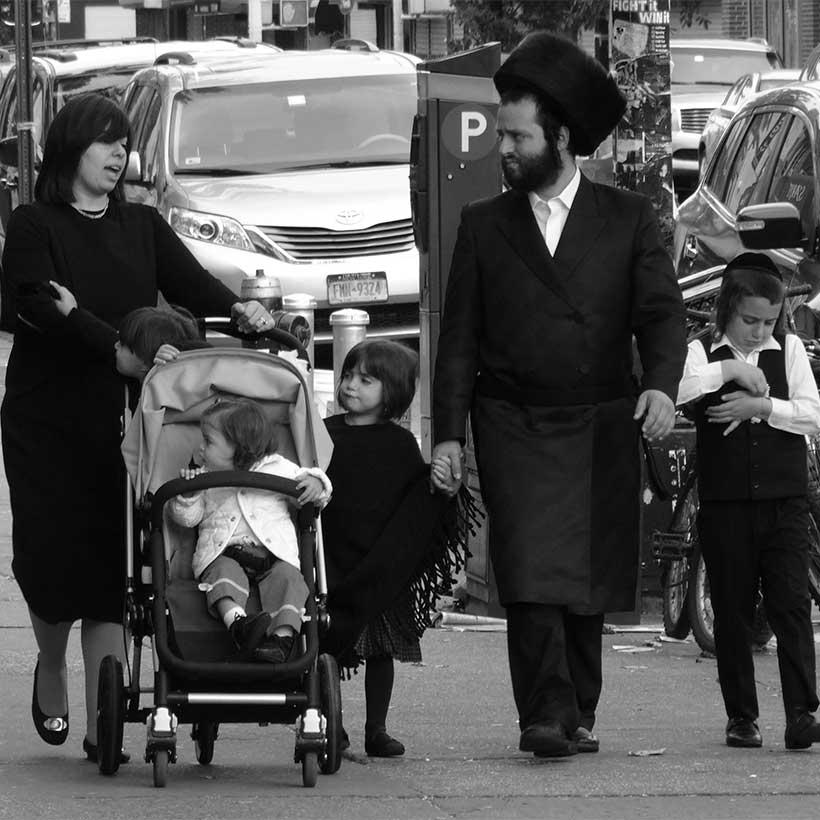 A Hasidic family in Borough Park, Brooklyn. Wikimedia Commons, Adam Jones.