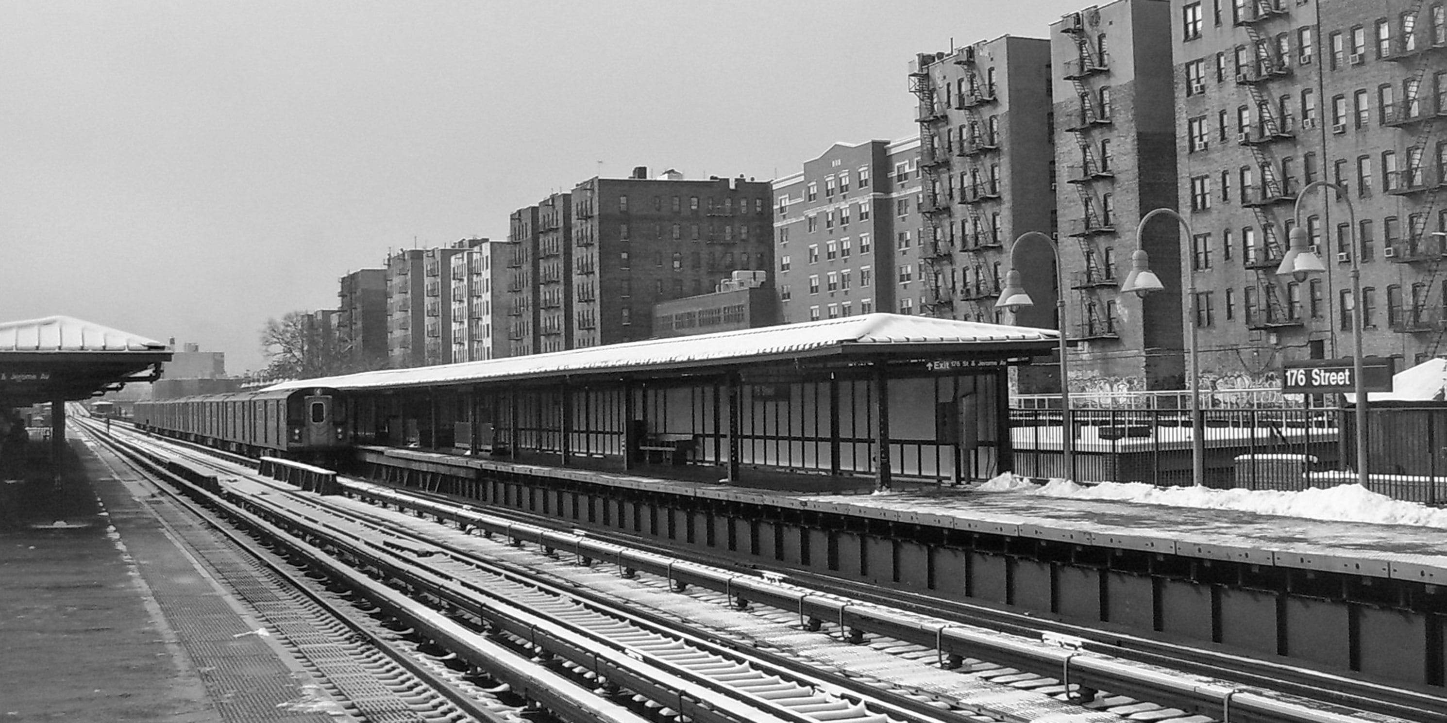 Downtown 4 train leaving the 176th Street station in the Bronx. Photo: Wikimedia Commons, Daniel Case.